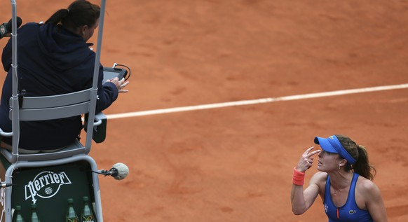 France's Alize Cornet argues with the umpire in the fourth round match of the French Open tennis tournament against Ukraine's Elina Svitolina at the Roland Garros stadium, in Paris, France, Sunday, May 31, 2015. (AP Photo/David Vincent)