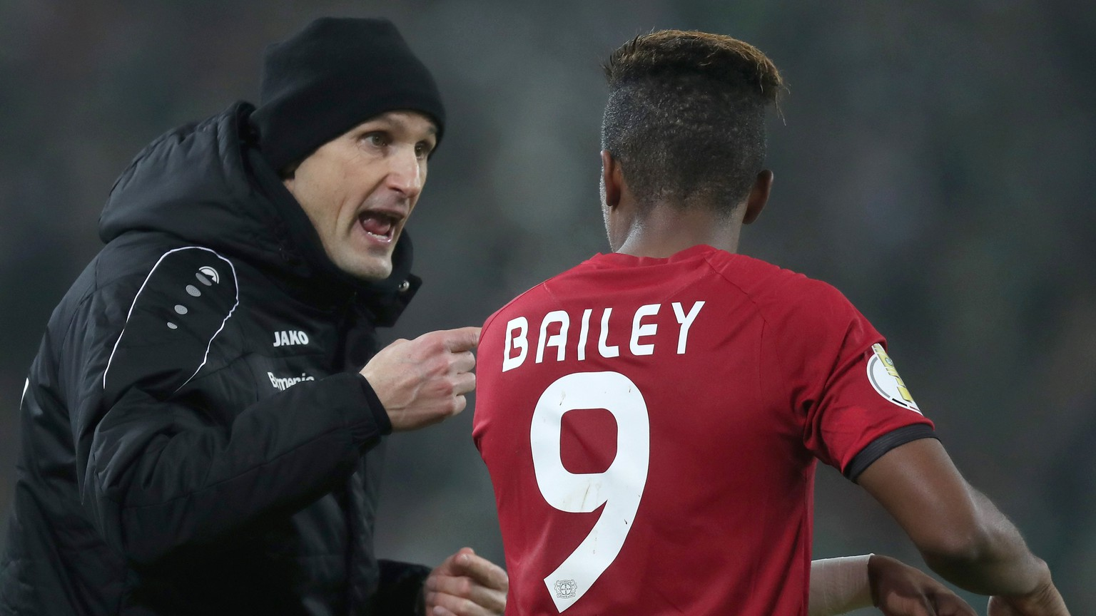epa06400396 Leverkusen's head coach Heiko Herrlich gives advise to Leverkusen's Leon Bailey during the German DFB Cup round of 16 soccer match between Borussia Moenchengladbach and Bayer Leverkusen in Moenchengladbach, Germany, 20 December 2017.  EPA/FRIEDEMANN VOGEL (EMBARGO CONDITIONS - ATTENTION: The DFB prohibits the utilization and publication of sequential pictures on the