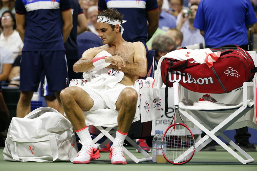 Roger Federer, of Switzerland, towels off between sets against Steve Darcis, of Belgium, during the second round of the U.S. Open tennis tournament in New York, Thursday, Sept. 3, 2015. Federer won 6-1, 6-2, 6-1.(AP Photo/Julio Cortez)