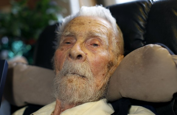 111 year-old Dr. Alexander Imich, the world's oldest living man, poses for a photograph during an interview with Reuters at his home on New York City's upper west side in this May 9, 2014 file photo. Imich, who was born in Poland in 1903 and survived a Soviet Gulag, died on Sunday, said Marcy Levitt, executive director of Esplanade Manhattan. REUTERS/Mike Segar/Files  (UNITED STATES - Tags: SOCIETY HEADSHOT OBITUARY)