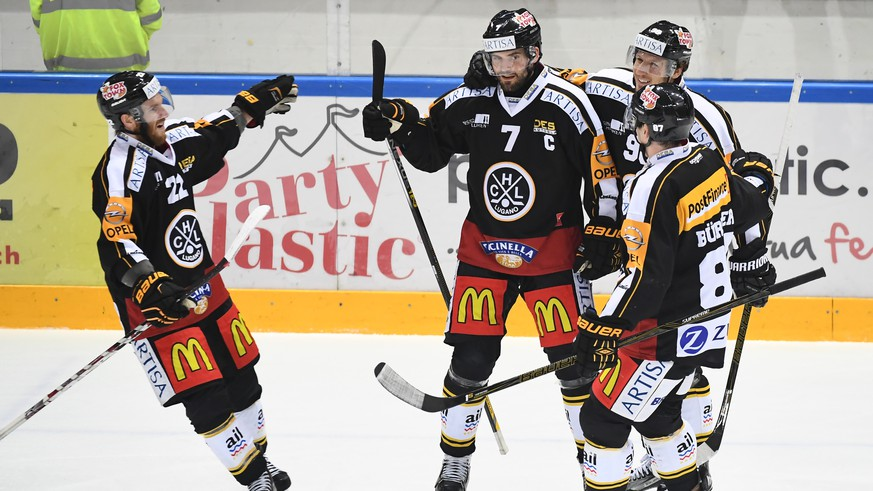 Lugano's Philippe Furrer, center, celebrates the 1-0 goal with team-mates, during the preliminary round game of the National League A (NLA) Swiss Championship 2016/17 between HC Lugano and EHC Biel, at the ice stadium Resega in Lugano, Switzerland, Sunday, October 9, 2016. (KEYSTONE/Ti-Press/Gabriele Putzu)