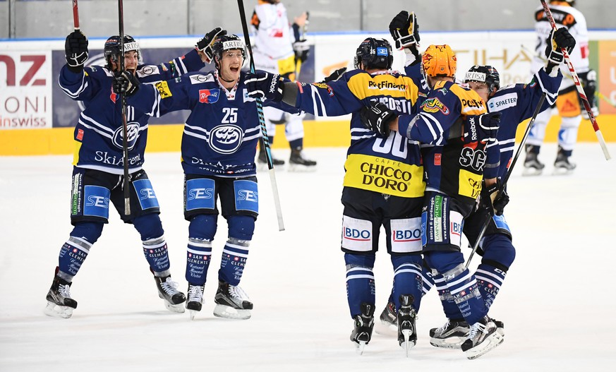 Ambri's player Matt D'Agostini celebrates with teammates the 3-2 goal during the preliminary round game of National League A (NLA) Swiss Championship 2016/17 between HC Ambri Piotta and EV Zug, at the ice stadium Valascia in Ambri, Switzerland, Tuesday, September 20, 2016. (KEYSTONE/Ti-Press/Gabriele Putzu)
