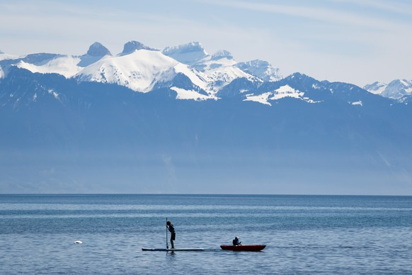 Children kayak and stand up paddle on Lake Geneva in Saint-Sulpice, Switzerland, Friday, April 6, 2018. (KEYSTONE/Valentin Flauraud)