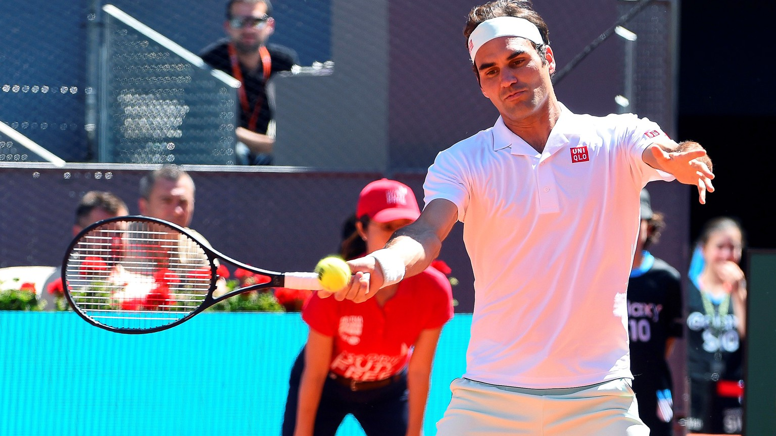 epa07558405 Roger Federer of Switzerland in action against Gael Monfils of France during their third round match of the Mutua Madrid Open tennis tournament at the Caja Magica complex in Madrid, Spain, 09 May 2019.  EPA/FERNANDO VILLAR