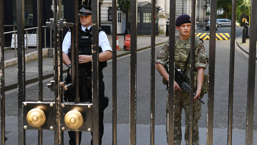 epa05991506 Police and the military on guard in tandem at Downing Street in central London, Britain, 26 May 2017.  Britain is on high alert following the Manchester terror attack on the Manchester Arena late 22 May, that saw at least 22 people lose their lives and scores of other people injured.  EPA/ANDY RAIN