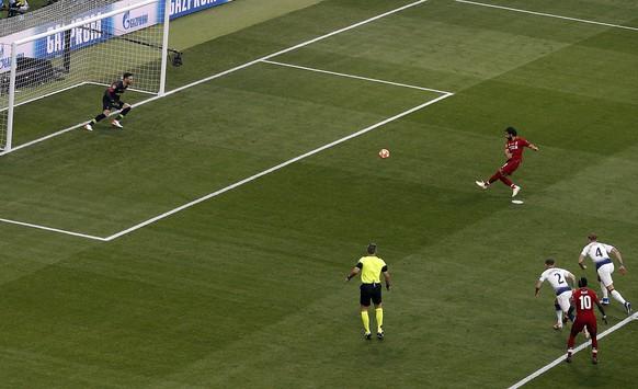 epa07618584 Liverpool's Mohamed Salah (C) scores on penalty the 0-1 lead during the UEFA Champions League final between Tottenham Hotspur and Liverpool FC at the Wanda Metropolitano stadium in Madrid, Spain, 01 June 2019.  EPA/Rodrigo Jimenez