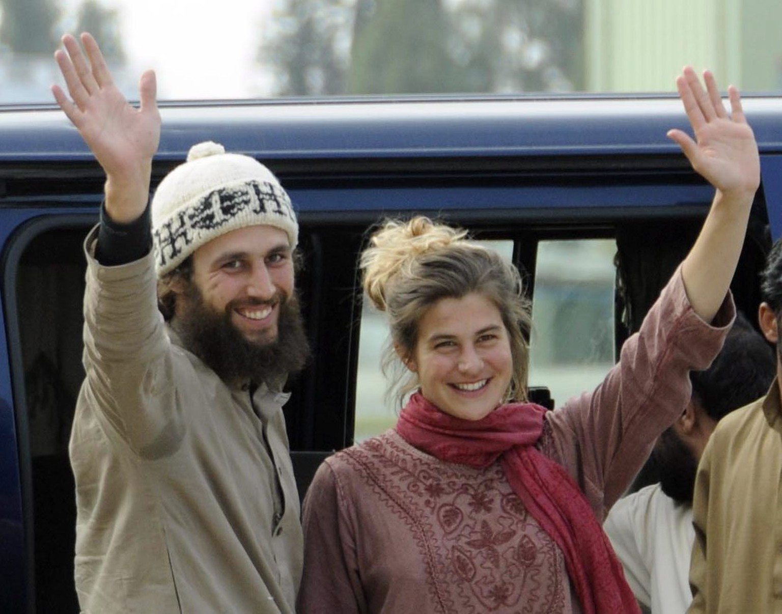 epa03145685 Swiss couple Olivier David Och (L) and Daniela Widmer (R) wave upon their arrival at the airport in Islamabad, Pakistan, following their escape from Taliban militants, on 15 March 2012. The  Swiss tourist couple abducted from south-western Pakistan nine months ago have managed to escape from captivity, a Pakistan army spokesman said on 15 March. Olivier David Och, 31, and Daniela Widmer, 28, were kidnapped 01 July 2011 in the Loralai district of the south-western province of Balochistan while on their way back to Europe through Iran and Turkey after entering Pakistan from India on 28 June 2011.  EPA/T. MUGHAL