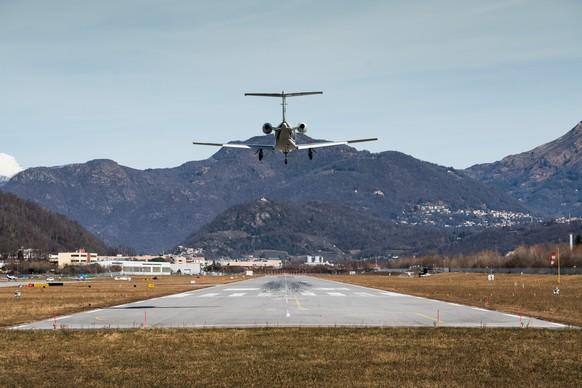 ARCHIVBILD ZUR MELDUNG, DASS DIE BETREIBERIN DES FLUGHAFENS LUGANO-AGNO DAS HANDTUCH WIRFT --- Landeanflug eines Kleinflugzeuges auf den Flughafen Lugano-Agno, am Donnerstag, 30. Januar 2020, in Agno. Der Flughafen Lugano-Agno ist zurzeit nur noch mit Privatfluegen aktiv und nicht mehr im Linienverkehr integriert. (KEYSTONE/Ti-Press/Alessandro Crinari)