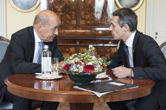Swiss Federal Councilor Ignazio Cassis, right, speaks with Jean-Yves Le Drian Europe-and Foreign Minister of France during a working visit on Friday, August 24, 2018, in Bern, Switzerland. (KEYSTONE/Peter Schneider)