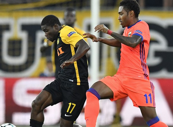 epa06146163 Bern's Roger Assale (L) fights for the ball with Moscov's Vitinho during the UEFA Champions League play off first leg match between BSC Young Boys and CSKA Moscov in Bern, Switzerland, 15 August 2017.  EPA/PETER SCHNEIDER