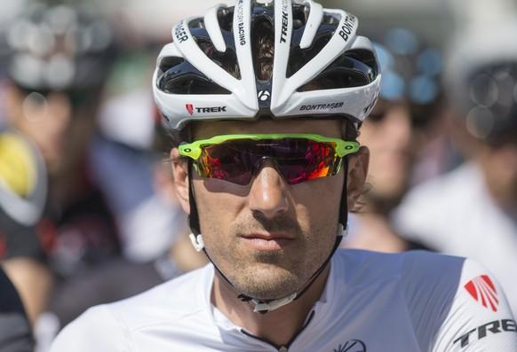 Fabian Cancellara wartet auf den Start mit Hobbyfahrern bei der Berner Rundfahrt, am Samstag, 9. Mai 2015 in Lyss. (KEYSTONE/Peter Klaunzer)