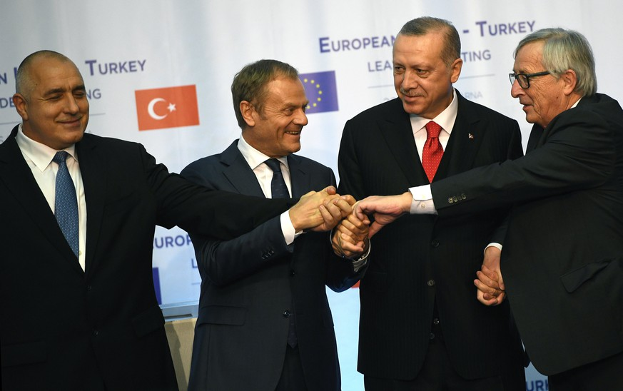 epa06631109 (L-R) Bulgarian Prime Minister Boyko Borissov , European Council President Donald Tusk, Turkish President Recep Tayyip Erdogan, and European Commission President Jean-Claude Juncker during the summit meeting between the leaders of the European Union and Turkey on at Evksinograd Residence in the town of Varna, Bulgaria on 26 March 2018.  EPA/VASSIL DONEV