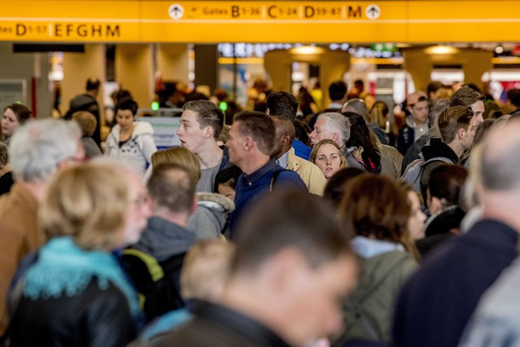 epa05921456 Passengers queue for check-in at Schiphol Airport in Amsterdam, The Netherlands, 22 April 2017. Reports state that due to the May holidays it is extra busy at the airport.  EPA/ROBIN UTRECHT