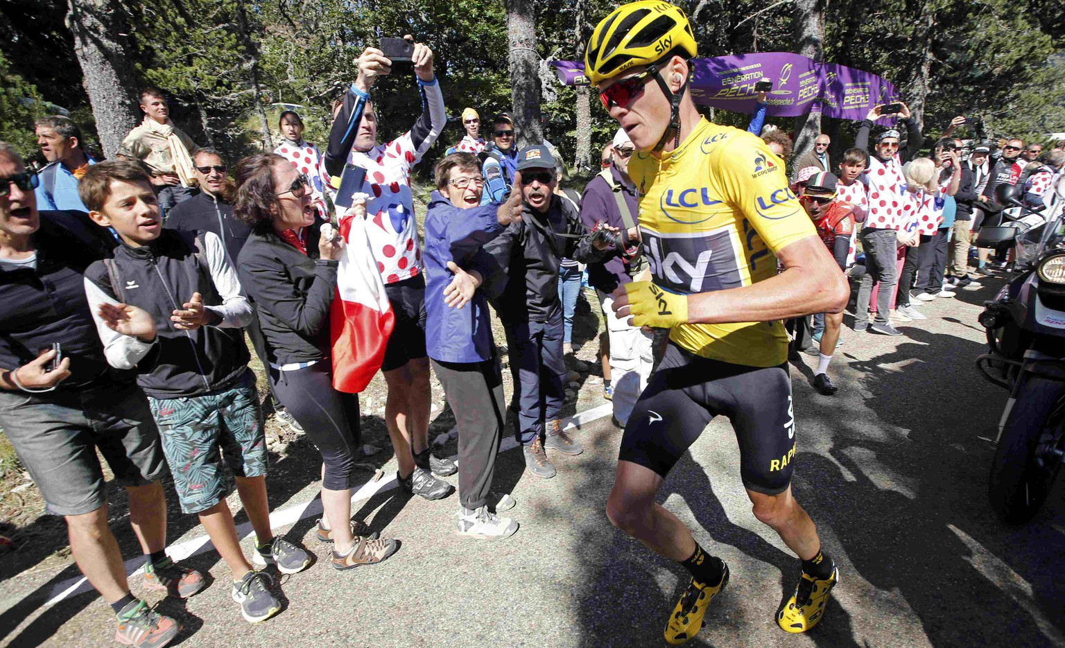 Cycling - The Tour de France cycling race - The 178-km (110.6 miles) Stage 12 from Montpellier to Chalet-Reynard - 14/07/2016 - Yellow jersey leader Team Sky rider Chris Froome of Britain runs on the road after a fall.    REUTERS/Jean-Paul Pelissier