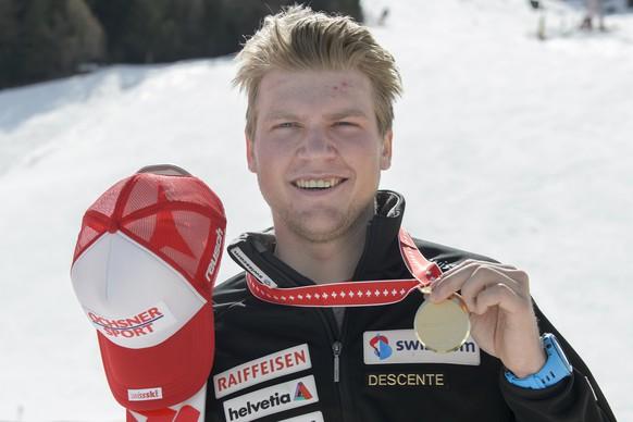 Niels Hintermann (1ere place) prend la pose avec sa medaille d'or lors de la remise des prix de la descente Hommes des Championnats Suisse de Ski Alpin, ce lundi 4 avril 2016, a Veysonnaz au-dessus de Sion dans le canton du Valais. (KEYSTONE/Anthony Anex)