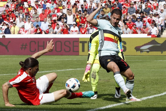 Swiss defender Ricardo Rodriguez, left, fights for the ball with Belgian Eden Hazard, right, past Swiss goalkeeper Yann Sommer, during an international friendly test match between the national soccer teams Switzerland and Belgium, at the stade de Geneve stadium, in Geneva, Switzerland, Saturday, May 28, 2016. Switzerland and Belgium national soccer teams prepare for the UEFA Euro 2016 that will take place from June 10 to July 10, 2016 in France. (KEYSTONE/Salvatore Di Nolfi)