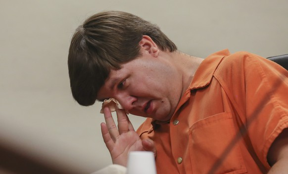 epa04385193 A picture made avqailable on 05 September 2014 shows Justin Ross Harris wipes away tears in Cobb County Magistrate Court during a probable cause hearing in Marietta, Georgia, USA, 03 July 2014. A Cobb County grand jury indicted Harris on charges of malice murder on 04 September 2014, for the hot car death of his 22-month-old son Cooper on 18 June 2014.  EPA/KELLY J. HUFF / POOL