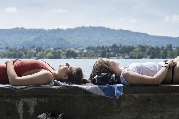 Aurelia, links, und Rebecca geniessen das sommerliche Wetter am Zuerichsee, aufgenommen am Mittwoch 24. Mai 2017 in Zuerich. (KEYSTONE/Ennio Leanza)