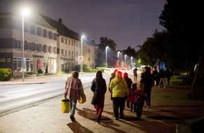 epa04391927 Residents walk along the street after being evacuated from their homes in Seelze, Hannover, Germany, late 08 September 2014, after the discovery of a 1,800 kg heavy British bomb at the site of a future development area. Some 14,000 residents had to leave their homes to let a large-scale operation defuse a bomb from the World War II.  EPA/JULIAN STRATENSCHULTE