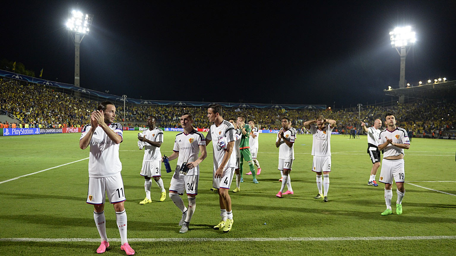 Basel's disappointed players thank the fans after the UEFA Champions League play-off round second leg soccer match between Israel's Maccabi Tel Aviv FC and Switzerland's FC Basel 1893 in the Bloomfield stadium in Tel Aviv, Israel, on Tuesday, August 25, 2015. (KEYSTONE/Georgios Kefalas)