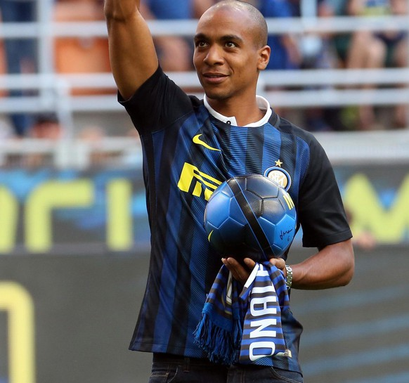epa05513234 New Inter's midfielder Joao Mario greets supporters prior to the Italian Serie A soccer match FC Inter vs US Palermo at Giuseppe Meazza stadium in Milan, Italy, 28 August 2016.  EPA/MATTEO BAZZI