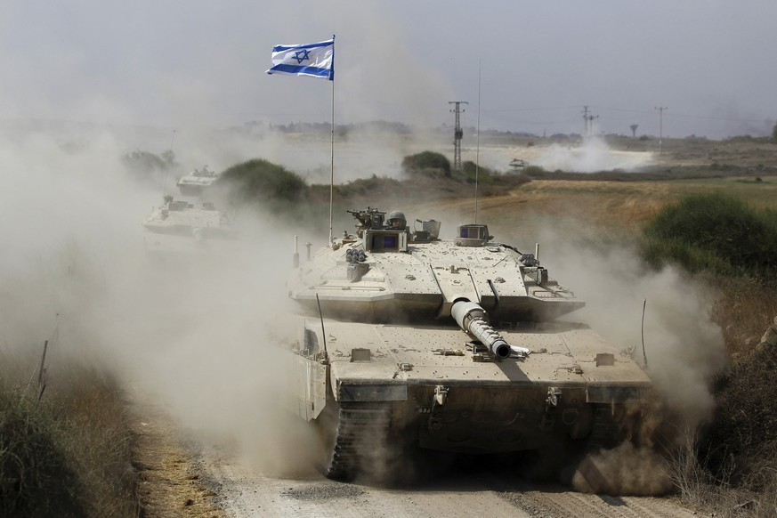 An Israeli soldier rides a tank after returning to Israel from Gaza August 5, 2014. Israel pulled its ground forces out of the Gaza Strip on Tuesday and started a 72-hour ceasefire with Hamas mediated by Egypt as a first step towards negotiations on a more enduring end to the month-old war. REUTERS/Amir Cohen (ISRAEL - Tags: POLITICS CONFLICT CIVIL UNREST MILITARY)