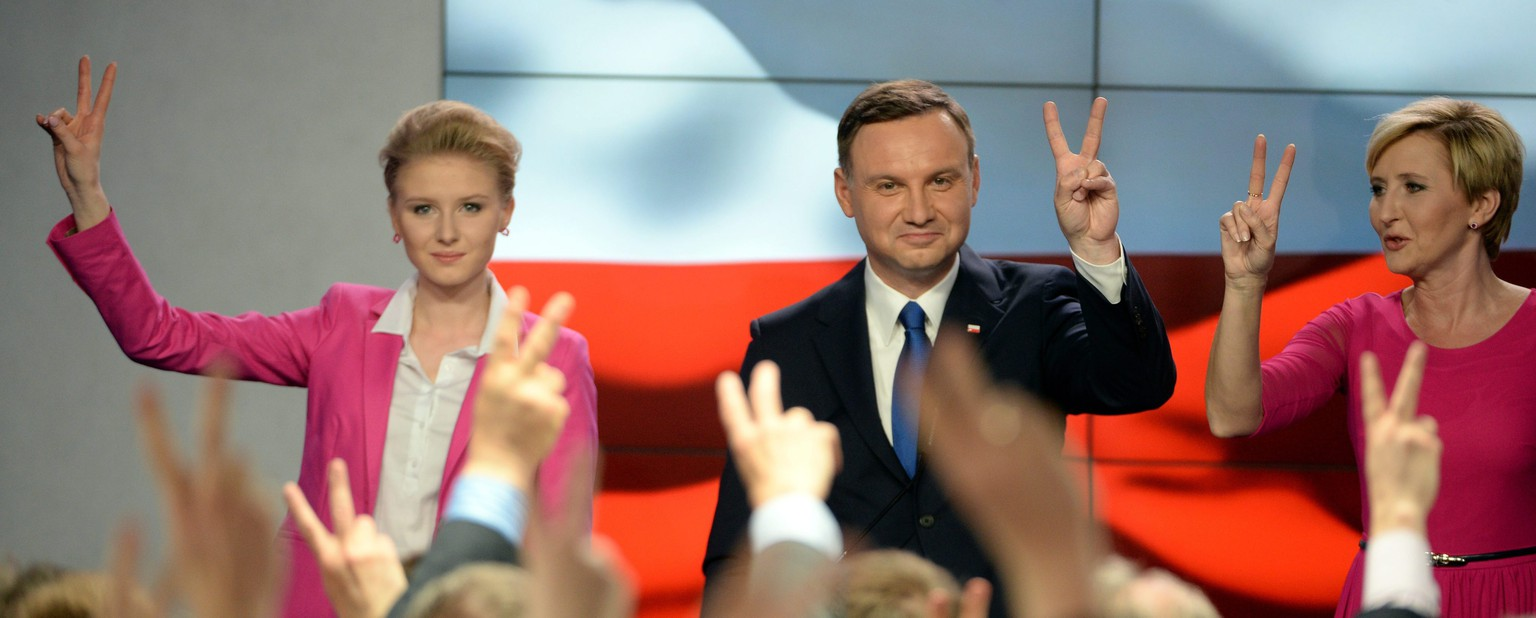 epa04742275 Presidential candidate Andrzej Duda (C) with his wife Agata Kornhauser-Duda (R) and daughter Kinga Duda (L) during presidential election night in Warsaw, Poland, 10 May 2015.  People in Poland were casting ballots for president on 10 May 2015, choosing from among 11 candidates.  EPA/JACEK TURCZYK POLAND OUT