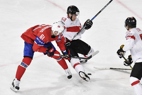 Switzerland's Christian Marti, right, in action with Norway's Aleksander Reichenberg during their Ice Hockey World Championship group B preliminary round match between Switzerland and Norway in Paris, France on Sunday, May 7, 2017. (KEYSTONE/Peter Schneider)