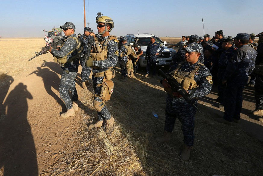 epa06248857 Iraqi federal police forces advance in Hawija town, 280 km north of Baghdad, Iraq, 06 October 2017. Iraqi forces and pro-government militias have made gains into the Islamic State group stronghold of Hawija, while about five thousand people have fled the town due to the fighting between Iraqi forces and Islamic state group.  EPA/MOHAMED MESSARA