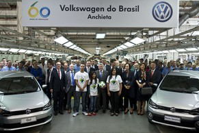(FILE) Picture taken on May 14, 2013 showing German President Joachim Gauck (C) posing with some employees during a visit at the Volkswagen (VW) company plant --celebrating its 60 years in Brazil-- in Sao Bernardo do Campo, southern Sao Paulo. The 13,000 employees of the VW plant started on January 6, 2015 an indefinite strike to protest against the dismissal of 800 workers.     AFP PHOTO / NELSON ALMEIDA