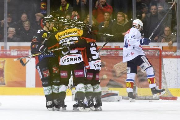 Spieler von SC Bern jubeln nach dem zweite Tor (2-2), im ersten Eishockey Playoff-Halbfinalspiel der National League zwischen dem SC Bern und dem ZSC Lions, am Dienstag, 27. Maerz 2018, in der PostFinance Arena in Bern. (KEYSTONE/Anthony Anex)