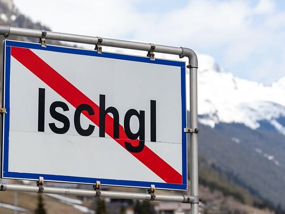 ARCHIV - Ein Ortsschild mit durchgezogener roter Linie steht am Ende der Ortschaft Ischgl. Foto: Jakob Gruber/APA/dpa