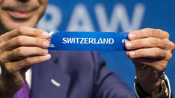 Fernando Hierro draws Switzerland against Northern Ireland at the FIFA World Cup European Play-off draw at the headquarter of FIFA in Zurich, Tuesday, October 17, 2017. (KEYSTONE/Christian Merz)