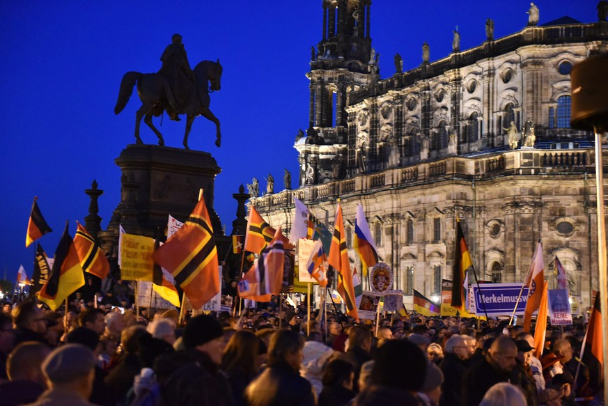 epa04975326 Thousands of Pegida (Patriotic Europeans against the Islamization of the West) supporters demonstrate on Theaterplatz square in Dresden, Germany, 12 October 2015.  EPA/BERND SETTNIK