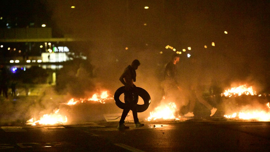 epa08632904 Demonstrators burn tyres as protesters riot in the Rosengard neighbourhood of Malmo, Sweden, on 28 August 2020. The protest was sparked by the burning of a Koran by members of Danish far-right party Stram Kurs earlier in the day. The party's leader Rasmus Paludan was denied entry to Sweden for a manifestation on 28 August.  EPA/TT NEWS AGENCY SWEDEN OUT