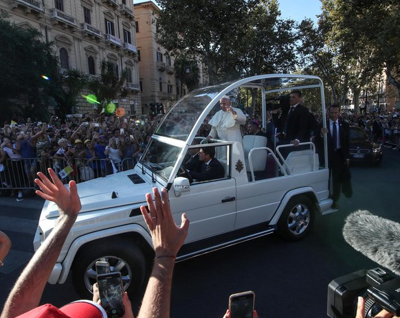epa07023344 Pope Francis rides in papamobile in Palermo, Sicily, Italy, 15 September 2018. Pope Francis will visit Sicily, five years after his first pastoral journey to Lampedusa. The Pope will also pay tribute to Don Pino Puglisi, the priest killed by the mafia on 15 September 1993.  EPA/IGOR PETYX
