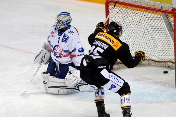 Lugano's player Maxim Lapierre, right, celebrates the 1 - 0 goal, next to Zurich's goalkeeper Niklas Schlegel, left, during the preliminary round game of National League Swiss Championship 2017/18 between HC Lugano and ZSC Lions, at the ice stadium Resega in Lugano, Switzerland, Friday, September 15, 2017 (KEYSTONE/TI-PRESS/Samuel Golay)