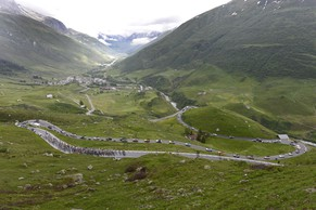 The pack climbs up the Furka pass during the 2nd stage, a 181,8 km race, from Bellinzona to Sarnen, at the 78th Tour de Suisse UCI ProTour cycling race, in Sarnen, Switzerland, Sunday, June 15, 2014. (KEYSTONE/Jean-Christophe Bott)