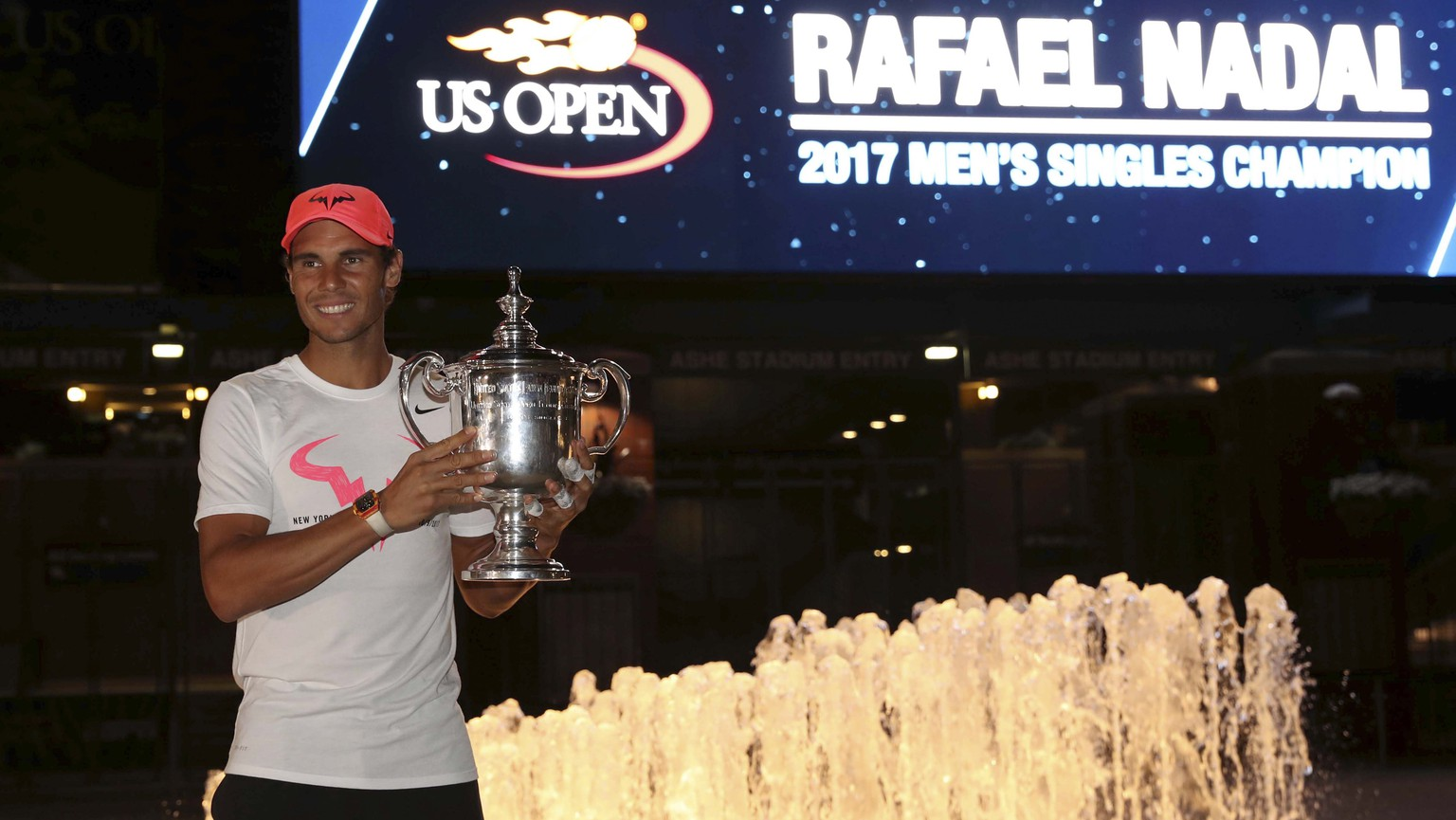 epa06197495 Rafael Nadal of Spain poses with his championship trophy during a photo opportunity after defeating Kevin Anderson of South Africa to win the US Open Tennis Championships men's final round match at the USTA National Tennis Center in Flushing Meadows, New York, USA, 10 September 2017.  EPA/DANIEL MURPHY