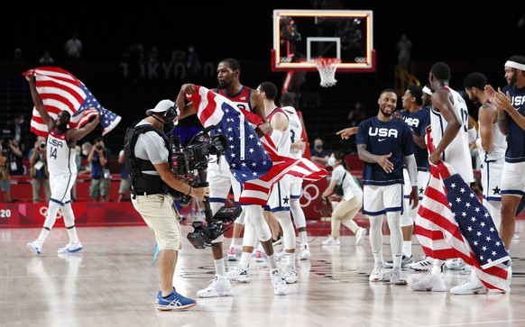 epa09402552 Kevin Durant (foreground) of the US and teammates celebrate after winning the Men's Basketball final between France and USA at the Tokyo 2020 Olympic Games at the Saitama Super Arena in Saitama, Japan, 07 August 2021.  EPA/KIYOSHI OTA