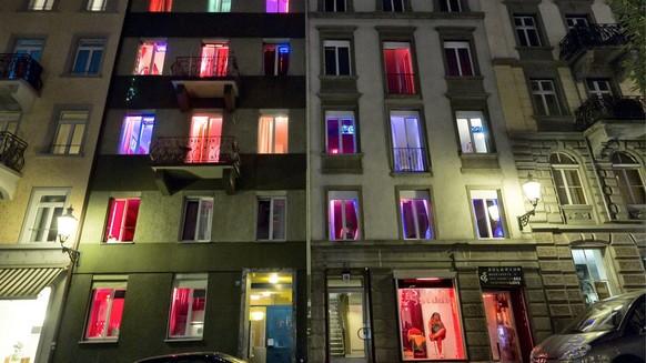 Prostituierte bieten sich an im Niederdorf am Donnerstag, 21. April 2011 in Zuerich. (KEYSTONE/Alessandro Della Bella)