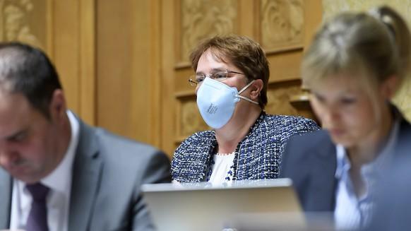 SVP-Nationalrätin Magdalena Martullo-Blocher - im Bild mit Schutzmaske im Parlament - hat Masken organisiert, damit Coiffeurgeschäfte möglichst bald wieder öffnen können. (Archivbild)