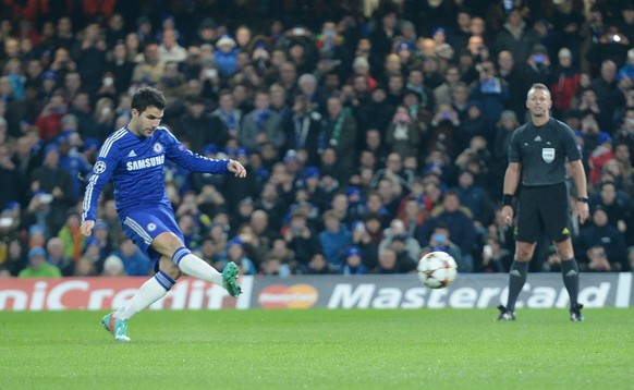 epa04523668 Chelsea's Cesc Fabregas scores a penalty during the UEFA Champions League group G soccer match between Chelsea and Sporting Lisbon, at Stamford Bridge in London, Britain, 10 December 2014.  EPA/FACUNDO ARRIZABALAGA
