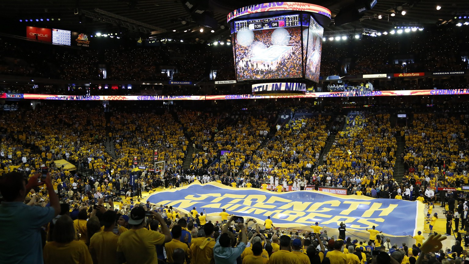 epa06011205 Golden State Warriors time-out fan ceremony against the Cleveland Cavaliers during game two of the NBA Finals basketball game at Oracle Arena in Oakland, California, USA, 04 June 2017.  EPA/JOHN G. MABANGLO