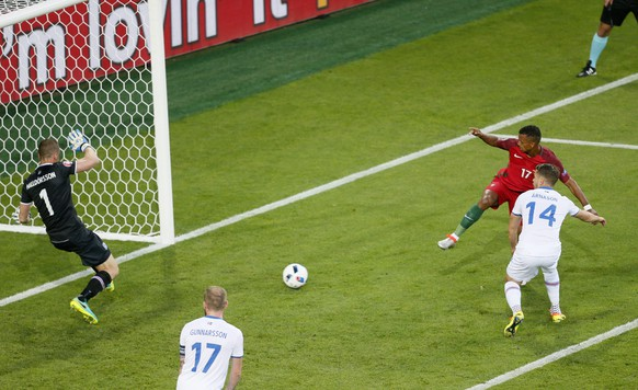 epa05365229 Goalkeeper Hannes Halldorsson (L) of Iceland saves a header from Nani (2-R) of Portugal during the UEFA EURO 2016 group F preliminary round match between Portugal and Iceland at Stade Geoffroy Guichard in Saint-Etienne, France, 14 June 2016.  (RESTRICTIONS APPLY: For editorial news reporting purposes only. Not used for commercial or marketing purposes without prior written approval of UEFA. Images must appear as still images and must not emulate match action video footage. Photographs published in online publications (whether via the Internet or otherwise) shall have an interval of at least 20 seconds between the posting.)  EPA/SERGEY DOLZHENKO   EDITORIAL USE ONLY