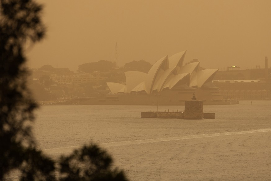 epaselect epa07990210 The Sydney Opera House is seen as smoke haze from bushfires drifts over Sydney, New South Wales, Australia, 12 November 2019. At least 60 fires are burning across New South Wales, with a fire front of approximately 1,000 kilometers. According to media reports, 200 properties in New South Wales and Queensland have been destroyed since 08 November.  EPA/PAUL BRAVEN AUSTRALIA AND NEW ZEALAND OUT