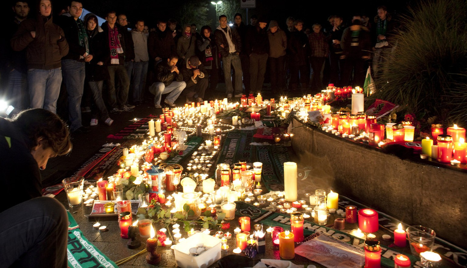 Hundreds of supporters mourn in front of a soccer stadium in Hanover, northern Germany, early Wednesday, Nov. 11, 2009. Robert Enke, the Hanover 96 and Germany's national team goalkeeper, killed himself by apparently intentionally getting hit by a train on Tuesday. He was 32. (AP Photo/Joerg Sarbach)