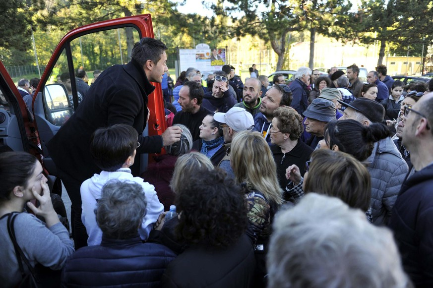 epa05610277 The Mayor of Pieve Torina, Alessandro Gentilucci (L), addresses residents after the strong earthquake hit Marche region, in central Italy, 30 October 2016. A 6.6 magnitude earthquake struck 6km north of Norcia, just days after they were hit by two other earthquakes. The epicentre of the latest earthquake was close to Norcia, there were no reported fatalities.  EPA/CRISTIANO CHIODI