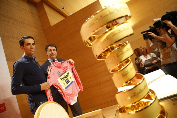 epa04779330 Spanish rider Alberto Contador (L) of the Tinkoff-Saxo team poses for photographers with the Giro d'Italia overall leader's pink jersey next to Madrid's regional government's president Ignacio Gonzalez (2-L) during an official reception at the Madrid's regional government headquarters in Madrid, Spain, 01 June 2015. Contador won the 98th Giro d'Italia cycling tour on 31 May 2015 in Milan, Italy.  EPA/JAVIER LIZON
