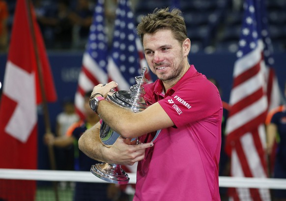 epaselect epa05535750 Stan Wawrinka of Switzerland celebrates with the championship trophy after defeating Novak Djokovic of Serbia during the men's final on the final day of the US Open Tennis Championships at the USTA National Tennis Center in Flushing Meadows, New York, USA, 11 September 2016.  The US Open runs through September 11.  EPA/JOHN G. MABANGLO